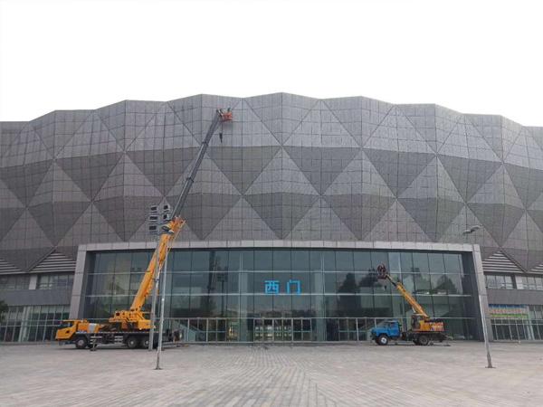 济宁奥体中心体育馆外墙清洗